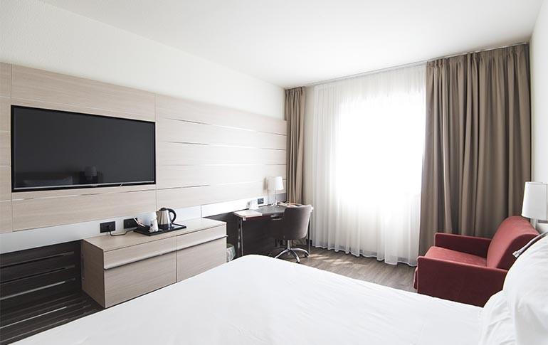 Comunícate con el hotel a través de la TV con Schneider